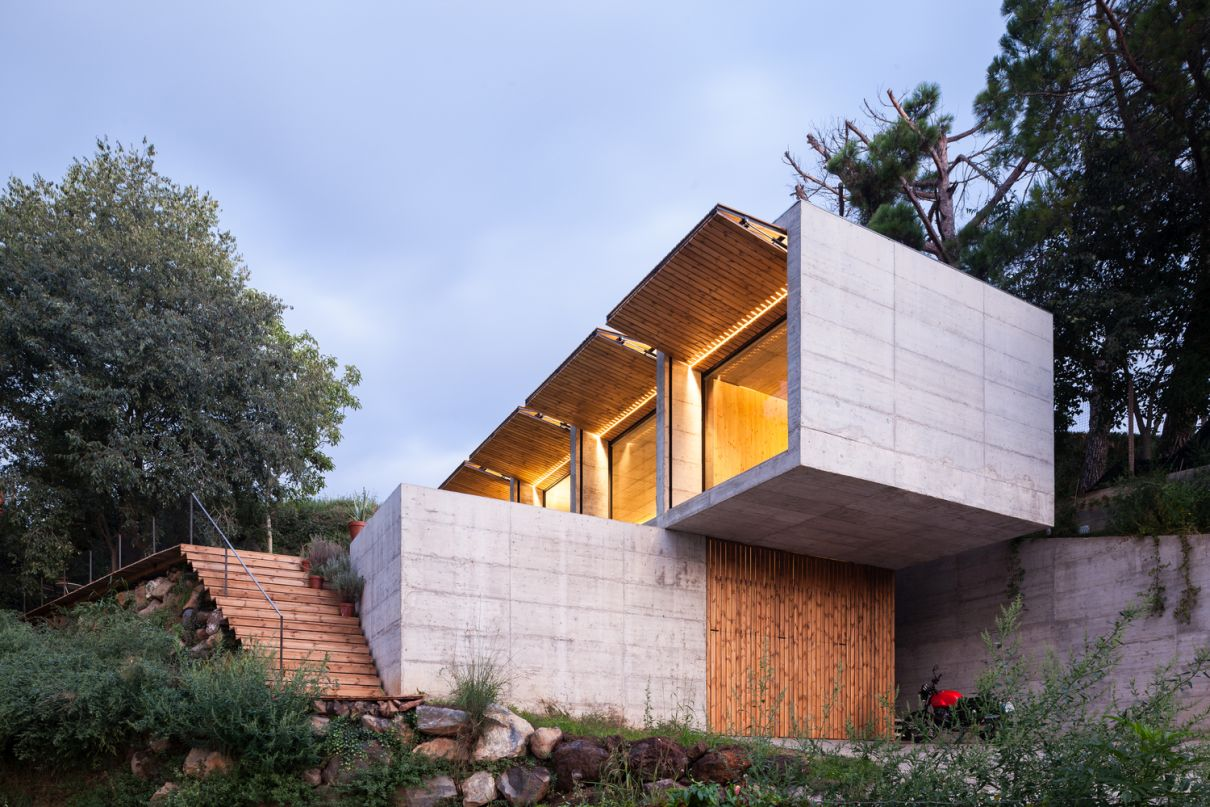 The house embraces the landscape and topography of the site completely